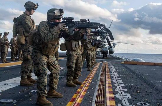 美国海军陆战队队员进行射击训练