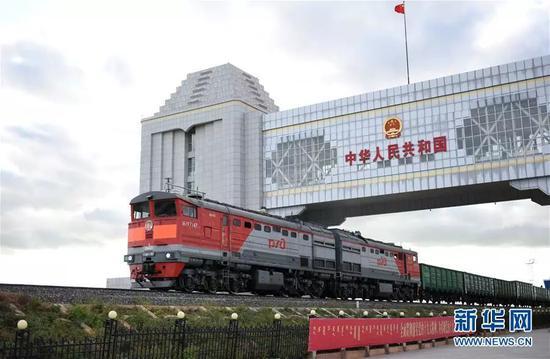 ▲資料圖片:一列來自俄羅斯方向的火車駛過滿洲里國門。新華社記者 張新晶 攝