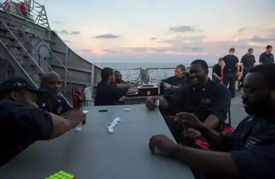 """▲""""麥凱恩""""號事發前,官方臉書賬號公佈的這張照片中,船員們正在悠閒地打牌。"""