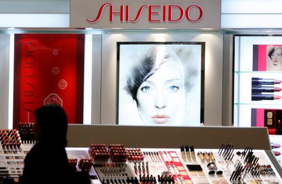 资料图片:日本东京,一家商场内的资生堂专柜。(视觉中国)