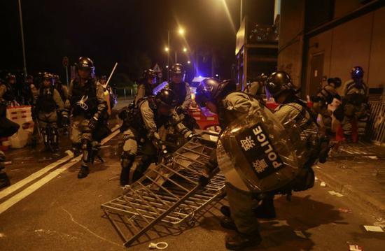 """屡屡铐上香港极端示威者的""""速龙小队"""" 什么来头"""