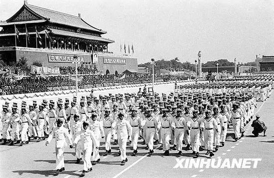 1950年10月1日,中国人民解放军海军学校的队伍通过天安门广场。新华社发(资料照片)
