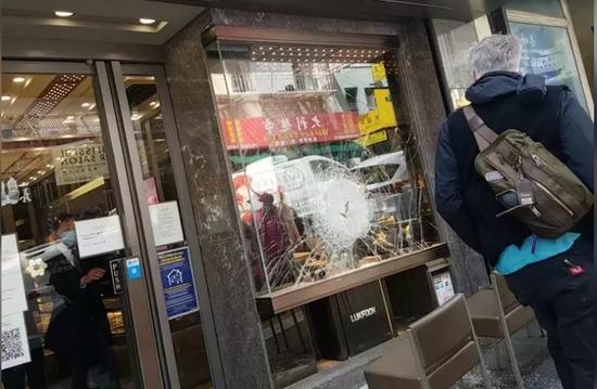 三匪徒抢劫在美华人珠宝店 警察局长就在隔壁街