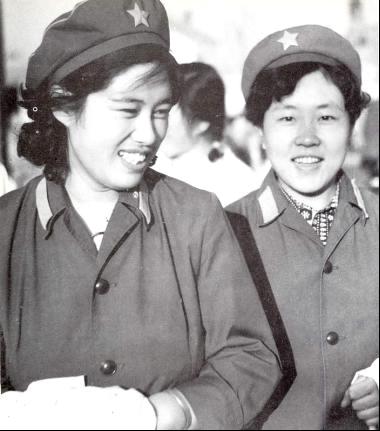 某预备役师卫生队女战士,与现役女军人着装一样。