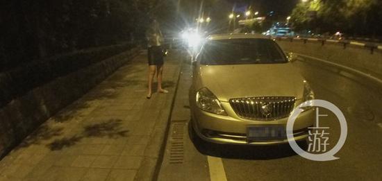 支持的世界杯球队输了 小伙气得把车和女友丢马路