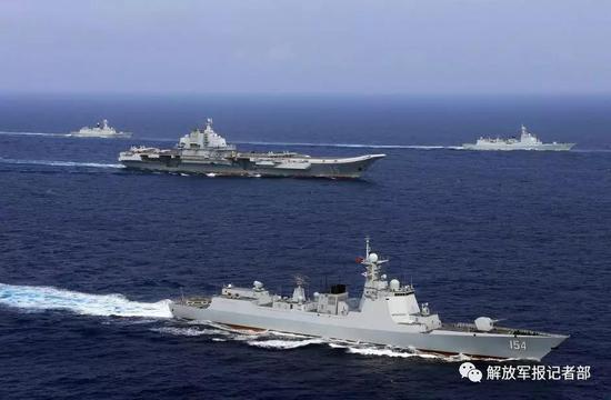驰骋大洋的航母编队。记者张雷 摄