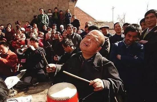"""""""没眼人""""在山村里吹拉弹唱。图片来自网络"""