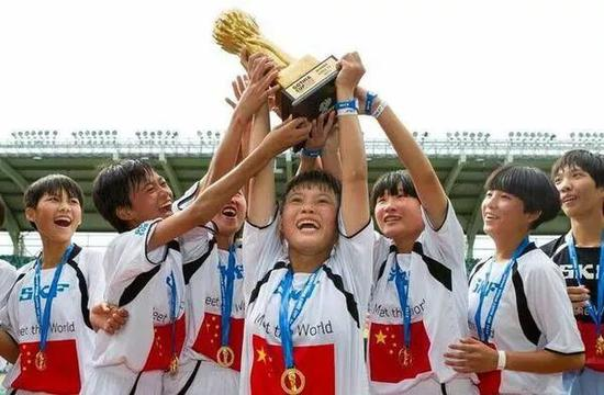 """代表中国参加在瑞典举行的有小世界杯之称的""""哥德堡杯""""世界青年足球锦标赛的琼中女足获得了U12的冠军。(资料图)"""