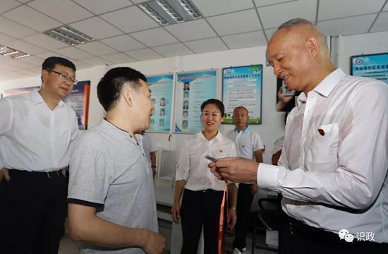 在悟仙观社区服务站询问老年证办理流程