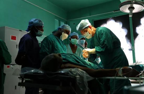 2016年7月14日,在坦桑尼亚桑给巴尔的纳兹摩加医院,第26批中国援桑给巴尔医疗队队长徐卓群(右一)进行一台手术。新华社记者周晓雄摄