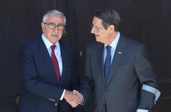 2019年8月9日,在塞浦路斯尼科西亞,塞浦路斯總統、希臘族領導人尼科斯·阿納斯塔夏季斯(右)與土耳其族領導人穆斯塔法·阿肯哲握手。