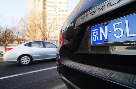 为了一张北京车牌 50岁大妈和35