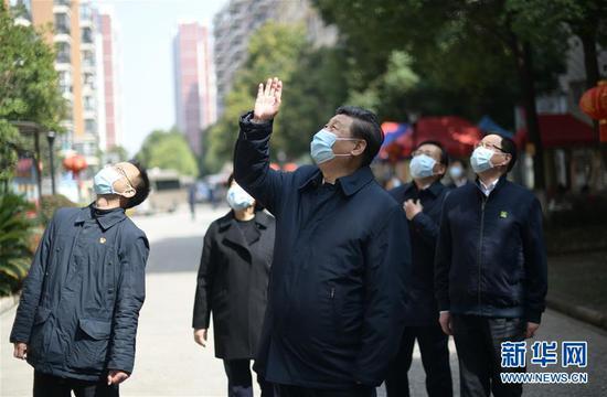这是习近平在东湖新城社区观察时,向在家断绝栖身的住民挥手请安、示意慰问。 新华社记者 谢环驰 摄