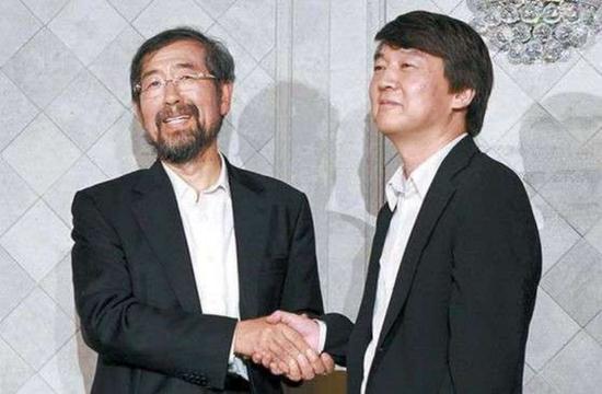 2011年的补缺选举中,得益于首尔大学教授安哲秀(右)的让步,朴元淳(左)顺利当选首尔市长。