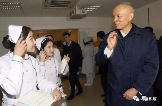 """蔡奇在首都医科大学调研。图片来自""""识政"""""""