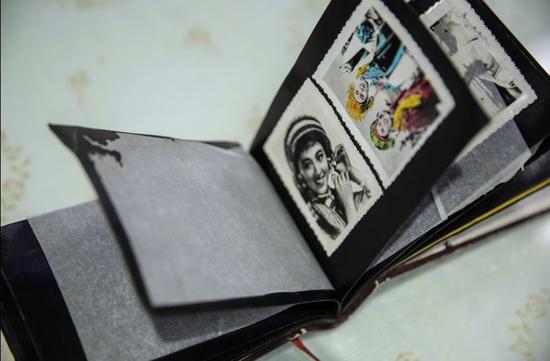 何海美最早靠卖照片赚了第一桶金。当时卖的部分照片她保存下来制作成影集留作纪念。新京报记者 彭子洋 摄