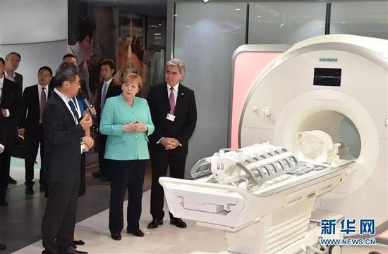 ▲5月25日,德国总理默克尔从北京飞抵深圳参观。这是默克尔(右二)参观西门子(深圳)磁共振有限公司。