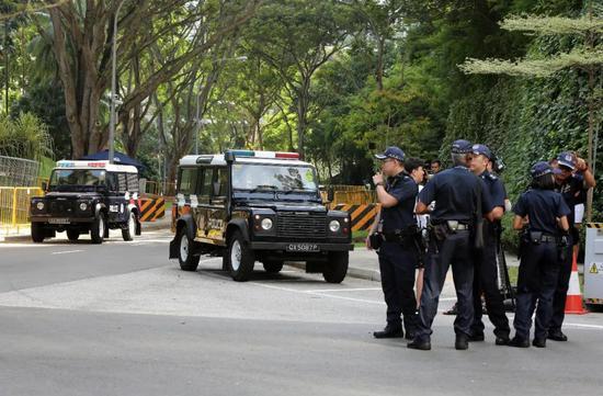 11日,安保人员在酒店外警戒。新华社记者李鹏摄