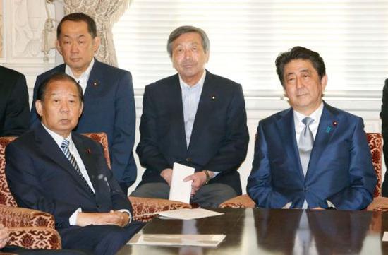 ▲2018年6月25日,日本首相安倍晉三(右)和日本自民黨幹事長二階俊博(左)出席在東京舉行的自民黨會議。圖據《華盛頓郵報》