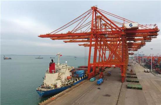 这是正在作业的广西钦州港(1月10日无人机拍摄)。新华社记者 陆波岸 摄