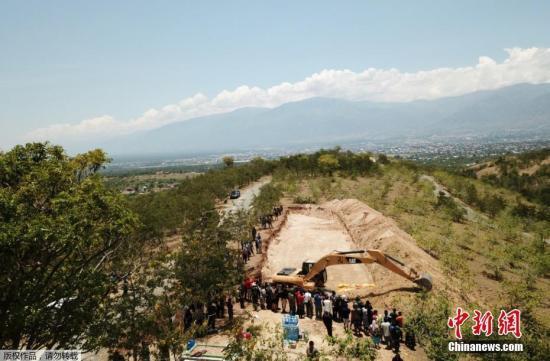 當地時間10月1日,印尼中蘇拉威西帕盧,印度尼西亞強震引發海嘯造成的遇難人數已升至1200人,?避免疾病爆發,政府出動挖掘機埋葬遇難者。