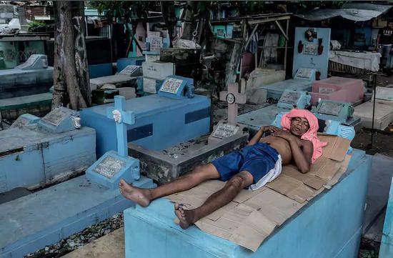 結束工作後在休息的男人