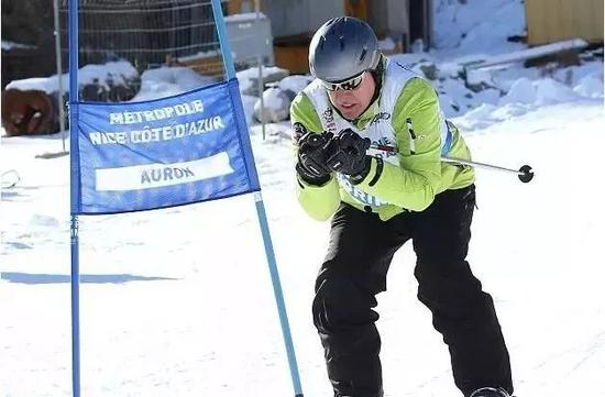 △57歲的阿爾貝展示雪上技巧。