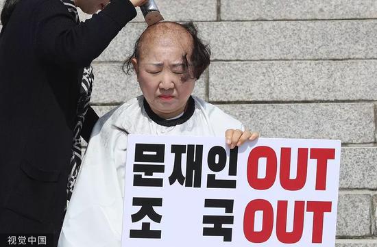 """9月11日,2名""""自在韩国党""""女议员正在国会主楼前剃秃顶。/视觉中国"""