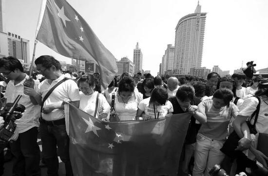 ▲2008年5月19日,成都会天府广场,汶川大地动遇难者家族们悼念。(新华社)