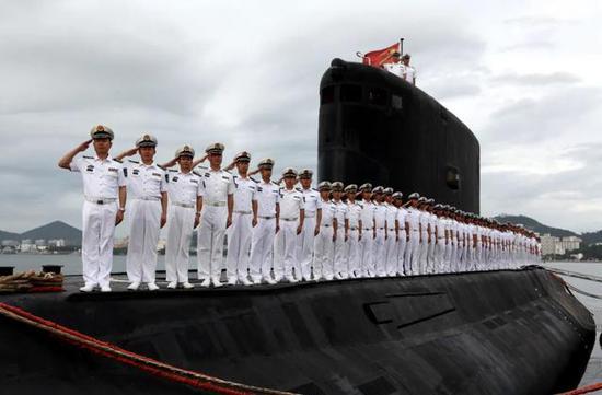 372潜艇官兵在站泊