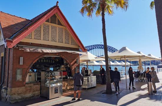 5月10日,在澳大利亚悉尼环形码头,市民在一间咖啡屋前等候。