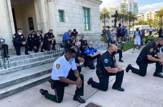佛罗里达州迈阿密-感恩县的警员单膝跪地(图源:汹涌消息)