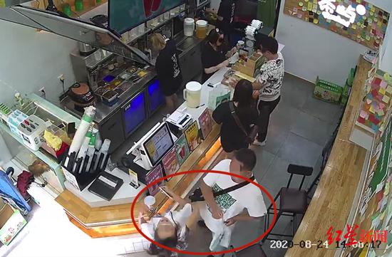 12岁女孩奶茶店内遭陌生男子扇耳光 警方介入