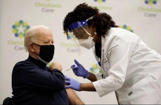 拜登电视直播接种疫苗全过程 还给特朗普点了赞