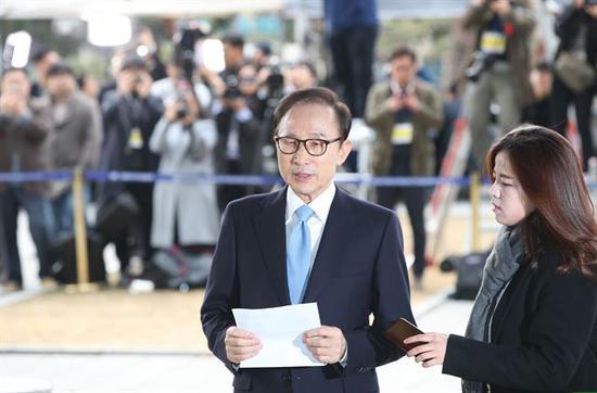 14日,李明博接受检方讯问前,向国民致歉
