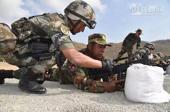 双方官兵开展轻武器交流教学。