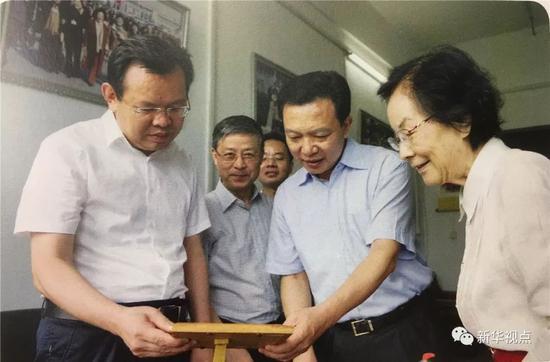 2017年7月13日,杨汉军看望张俐娜院士(右),商量成果转化事宜