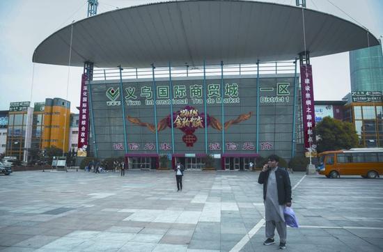 4月6日,浙江义乌国际商贸城一区,一名外籍商人在打电话。新京报记者 彭子洋 摄