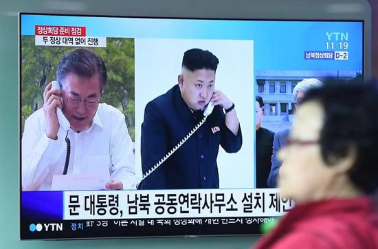△韩国民众通过电视关注朝韩双方首脑会晤的消息。(图自视觉中国)