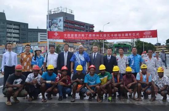 ▲中国援斐济斯丁森桥和瓦图瓦卡桥项目举行通车仪式。(商务部网站)
