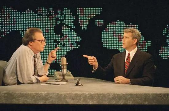 ▲资料图片:1994年1月26日,奥利弗·诺斯接受电视节目主持人拉里·金的采访。