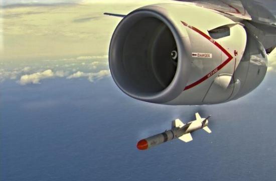 图为澳军P-8A 巡逻机试射导弹的场景(韩媒Heraldcorp网站)