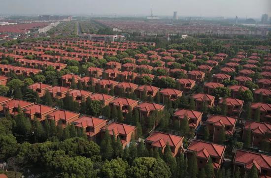 2018年4月18日,如今华西村村民居住的建于上世纪90年代初的别墅。新京报记者 朱骏 摄