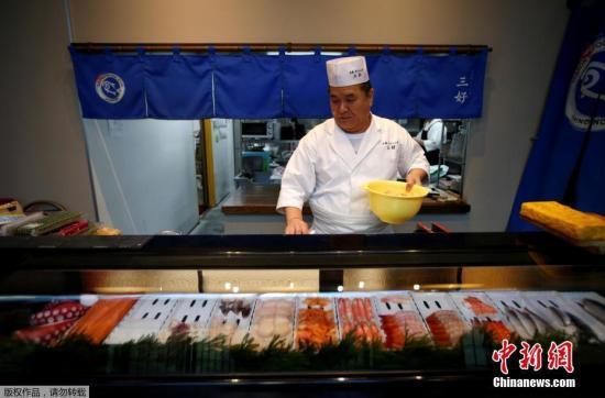 资料图:日本寿司厨师藤田,曾经是福岛的居民,在遭受到地震海啸和辐射等一系列灾难之后,他在东京开始新的生活.
