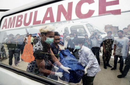 5月23日,尼泊爾加德滿都,尼泊爾珠峯清潔隊尋回4具不明身份的登山遇難者遺體。圖/IC
