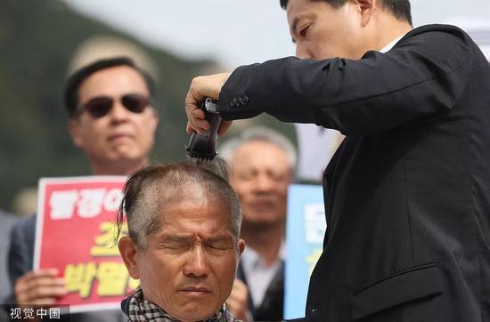 9月16日,韩国阻挡党首领黄教何在青瓦台门前当寡剃秃顶。/视觉中国