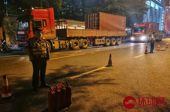 重型卡车上装载集装箱 拍照:全球时报-全球网/崔萌