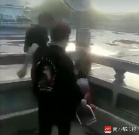 女学生遭两人围殴。 (来源:视频截图)