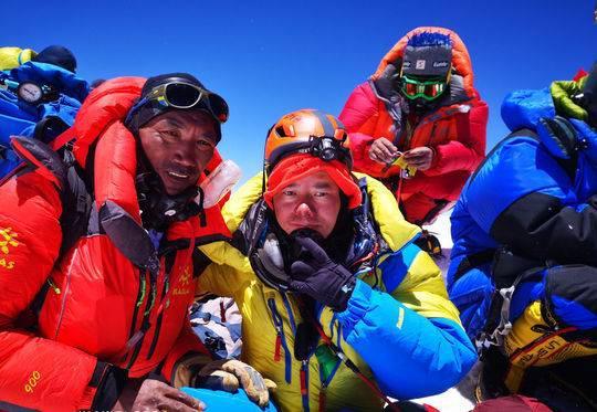熊相荣和他的向导在珠峰顶合影,其向导完成22次登顶珠峰,创造世界纪录。