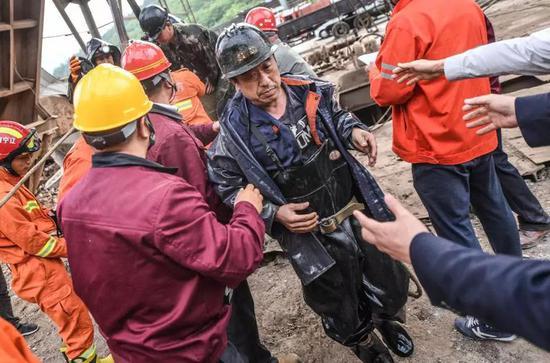 成功升井的被困矿工(图片来源:新华社)